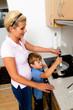 Frau in der Küche beim kochen mit Elektroherd