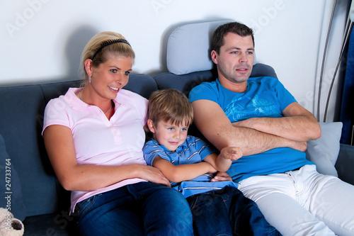 Familie beim Fernsehen mit Fernsehapparat