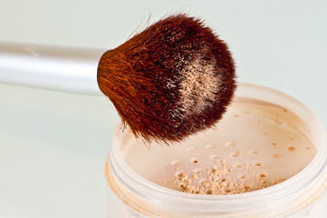 brush and container with powder