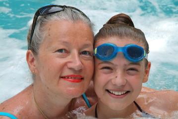 Mutter und Tochter lachen und haben Spass im Jacuzzi.