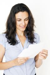 Frau öffnet einen Brief