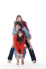 trois jeunes adolescents posant avec le sourire