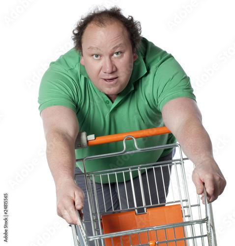 homme obèse poussant un panier de supermarché