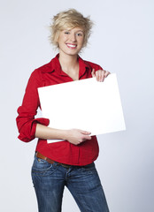 jeune femme casting montrant panneau blanc