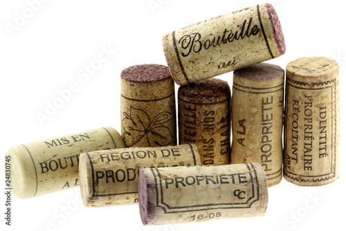 bouchons de liège pour bouteilles de vin, fond blanc