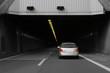 S/W Auto fährt in Tunnel