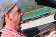 Mann mit Mütze im offenen Cabrio