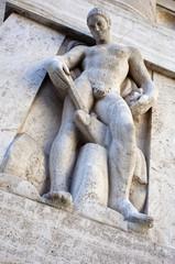 Statua maschile del palazzo della borsa di Milano
