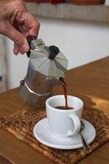 Eingießen von Espresso