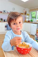 Junge beim Frühstück