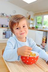 Junge mit Cornflakes