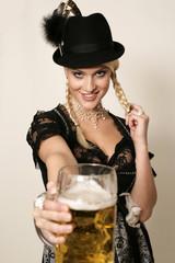 bayrisches Madl im Dirndl mit Bier