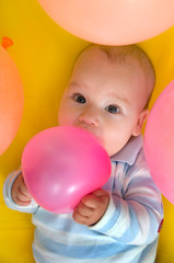 Baby im Ballonbad
