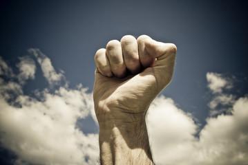 poing d'homme levé et fermé,main