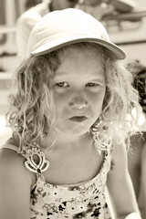 petite fille faisant une grimace en noir et blanc