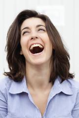 visage de jeune femme heureuse
