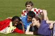 Gruppe junger Menschen auf dem Rasen, lachend