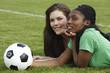 Zwei junge Frauen mit Fußball