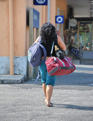 Donna con bagaglio a mano