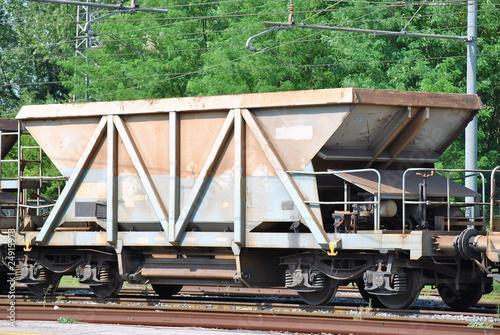 Carro ferroviario merci del tipo a tramoggia