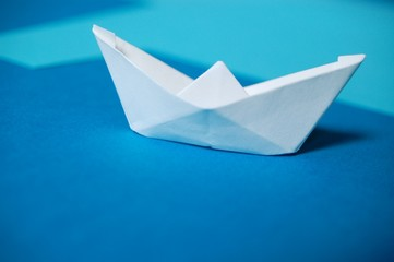 Papierboot auf blauem Karton