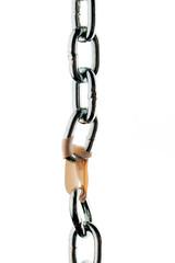 Stahlkette wird von einer Büroklammer  zusammengehalten