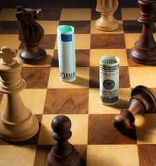 Schach mit Dollar und Euro Geldschein. Dollar Abwertung.
