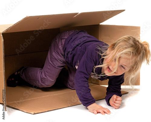 kind in umzugskarton liegt beim umzug in schachtel von gina sanders lizenzfreies foto. Black Bedroom Furniture Sets. Home Design Ideas