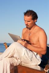 ragazzo legge da un portatile