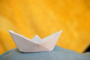 Papierboot auf Tshirtwelle