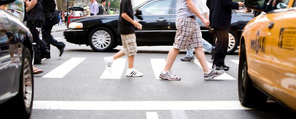 Passanten beim Überqueren einer Straße in Manhattan, New York