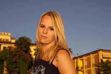 Hübsches blondes Mädchen in der Altstadt von Lazise