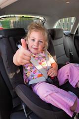 Kind sitz im Kindersitz im Auto
