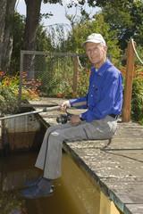Homme retraité assis sur un pont