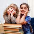 Enfants sur des livres.