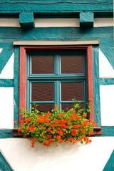kleines Fenster mit Blumen