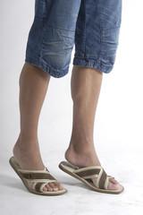 Piernas de hombre con sandalias