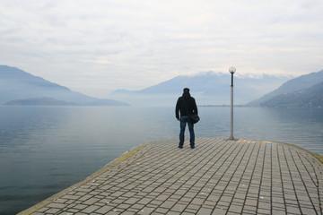 Uomo di fronte alle acque