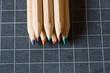crayons de couleur et ardoise