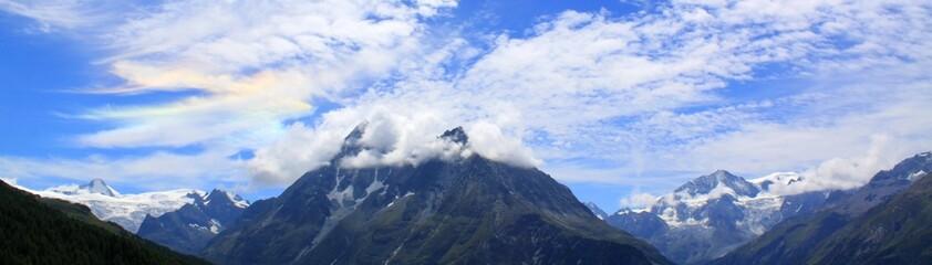 aurore dans le ciel et les monts suisses