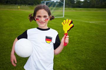 Mädchen als Fußballfan