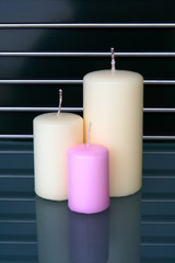 candele su piano in cristallo con griglia inox