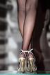 Sexy Frau in silbernen High-Heels