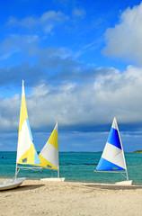 barques pour initiation à la voile sur plage mauricienne