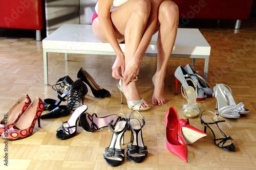Leinwandbild Motiv Sexy Frau im Schuhgeschäft