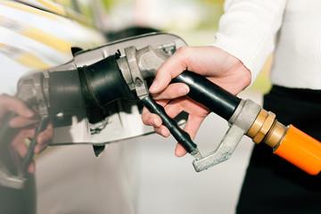 Frau betankt Auto mit LPG Autogas