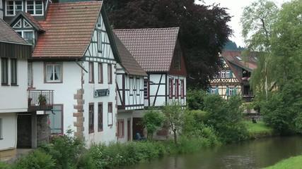 historische Häuser am Fluss