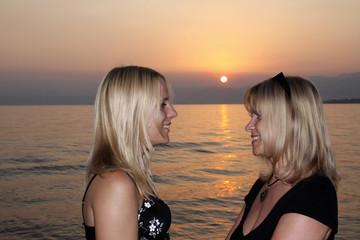 Mutter mit Tochter am Ufer von Bardolino am Gardasee