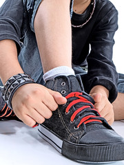 child tying his own shoes
