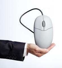 souris de pc dans main d'homme d'affaires